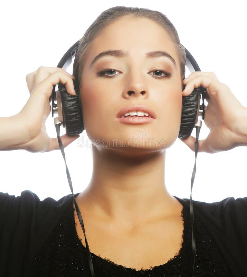 Mulher que dança à música com fones de ouvido fotografia de stock royalty free