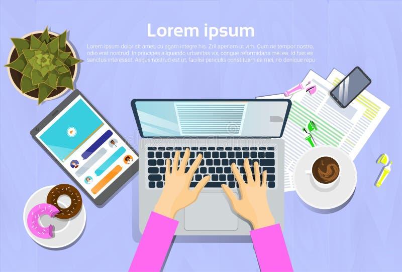 Mulher que datilografa no laptop, na vista superior na mesa com tabuleta de Digitas e no conceito do local de trabalho do telefon ilustração do vetor