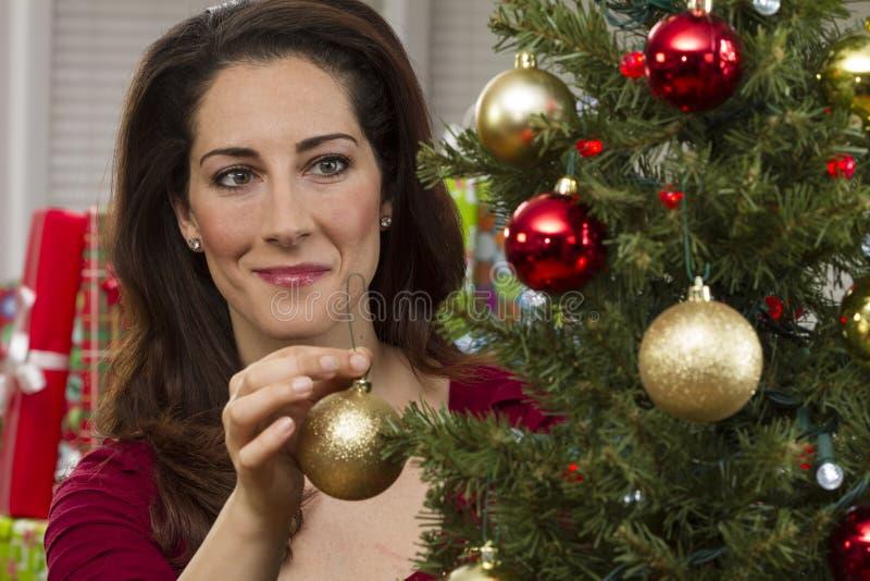 Mulher que decora a árvore de Natal fotografia de stock royalty free