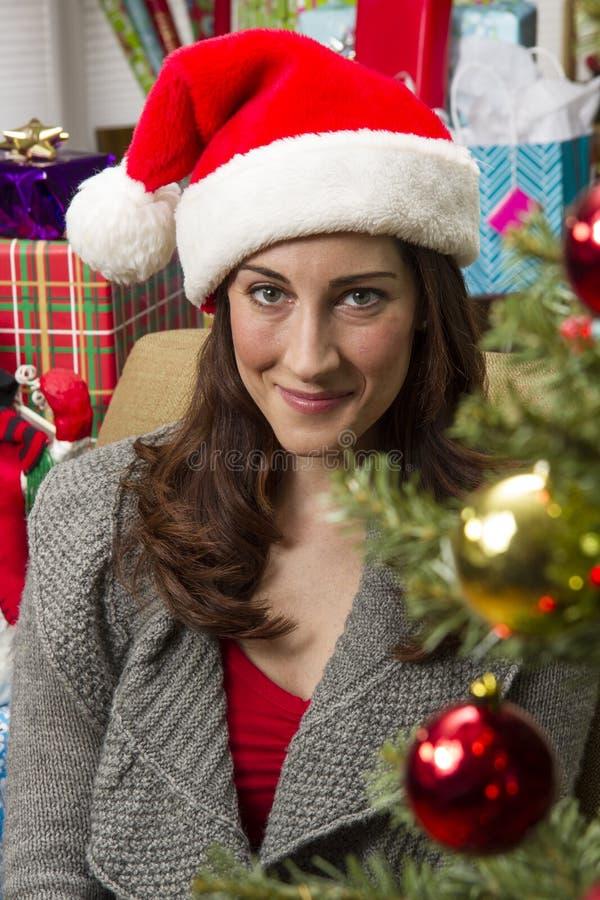 Mulher que decora a árvore de Natal fotos de stock
