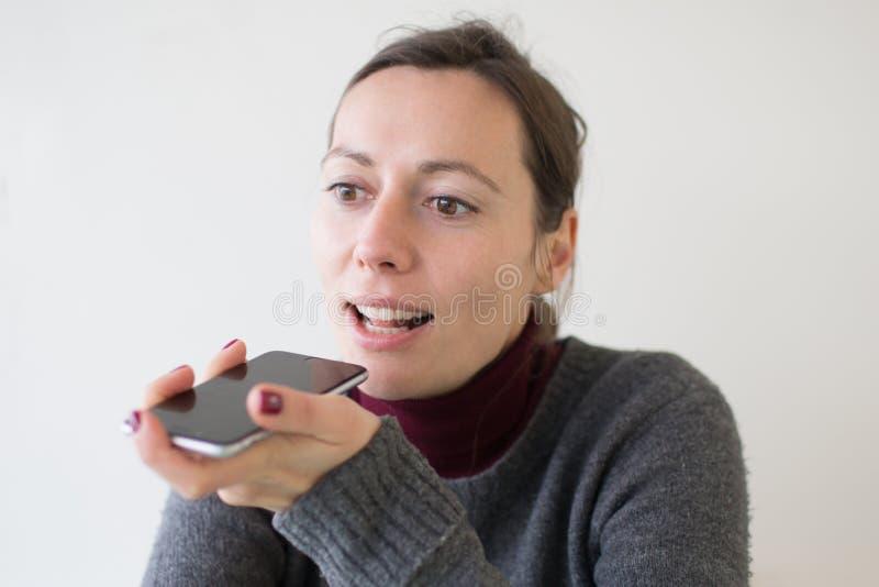 Mulher que deixa uma massagem da voz no telefone fotografia de stock royalty free