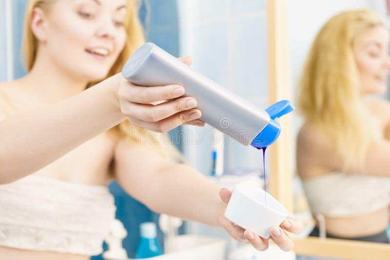 Mulher que derrama a tintura de cabelo ou o champ? roxo imagens de stock royalty free