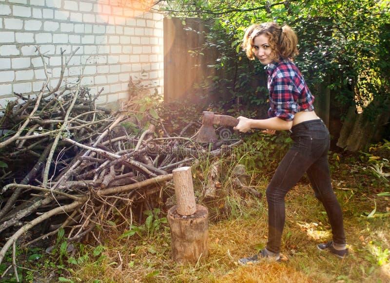 Mulher que desbasta a madeira imagens de stock