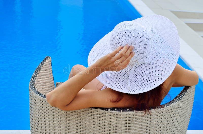 Mulher que descansa na associação foto de stock royalty free