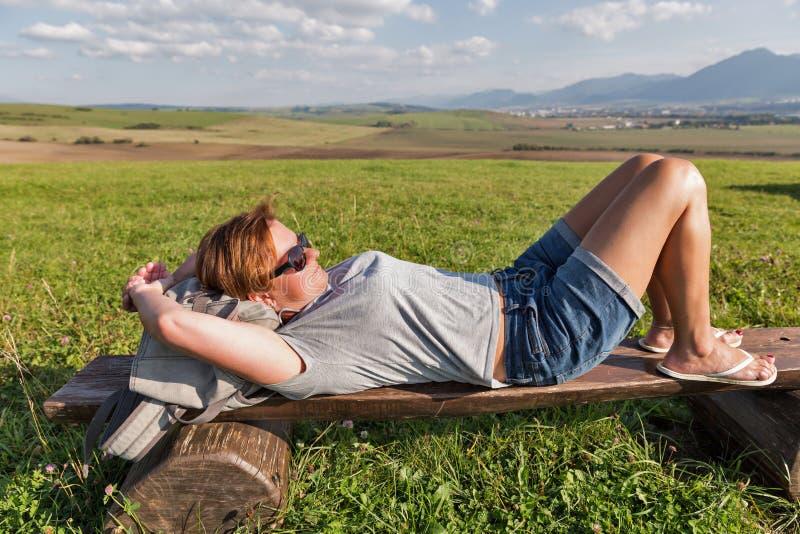 Mulher que descansa no monte do verão perto de Liptovsky Trnovec, Eslováquia imagem de stock