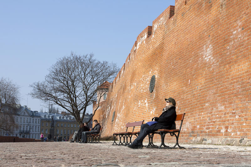 Mulher que descansa no quadrado do castelo em Varsóvia fotos de stock royalty free