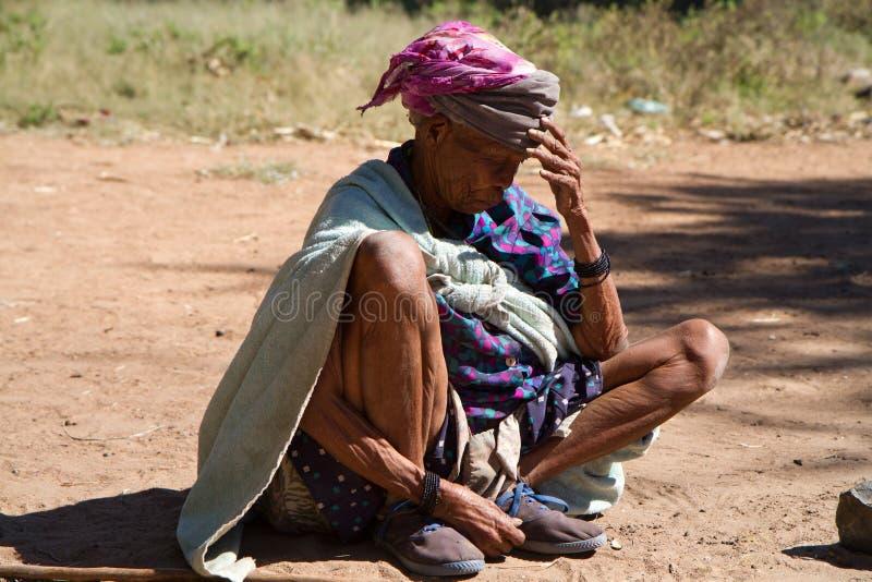 Mulher que descansa no sol foto de stock royalty free
