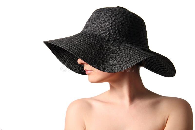 Mulher que desgasta o chapéu de palha preto fotos de stock royalty free