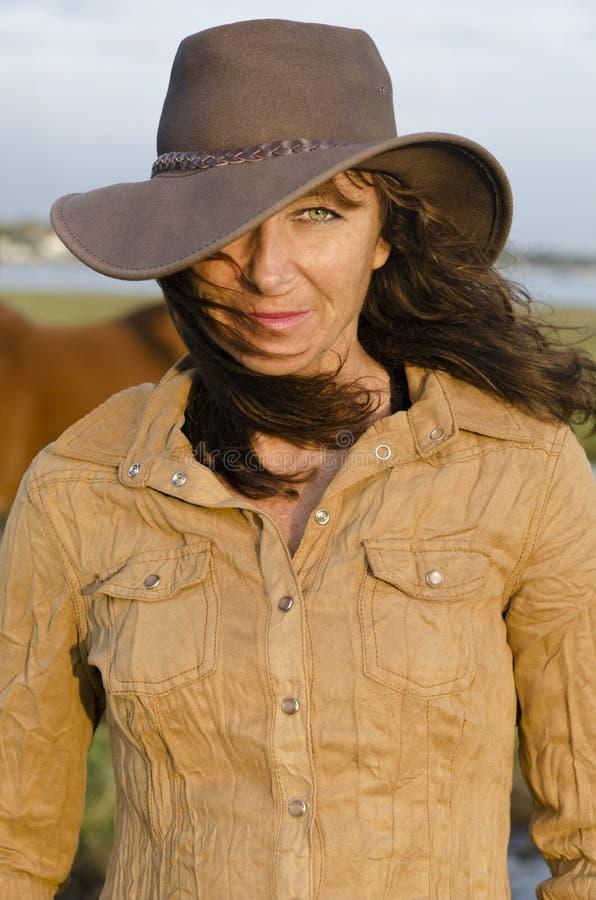 Mulher que desgasta o chapéu ocidental imagens de stock royalty free