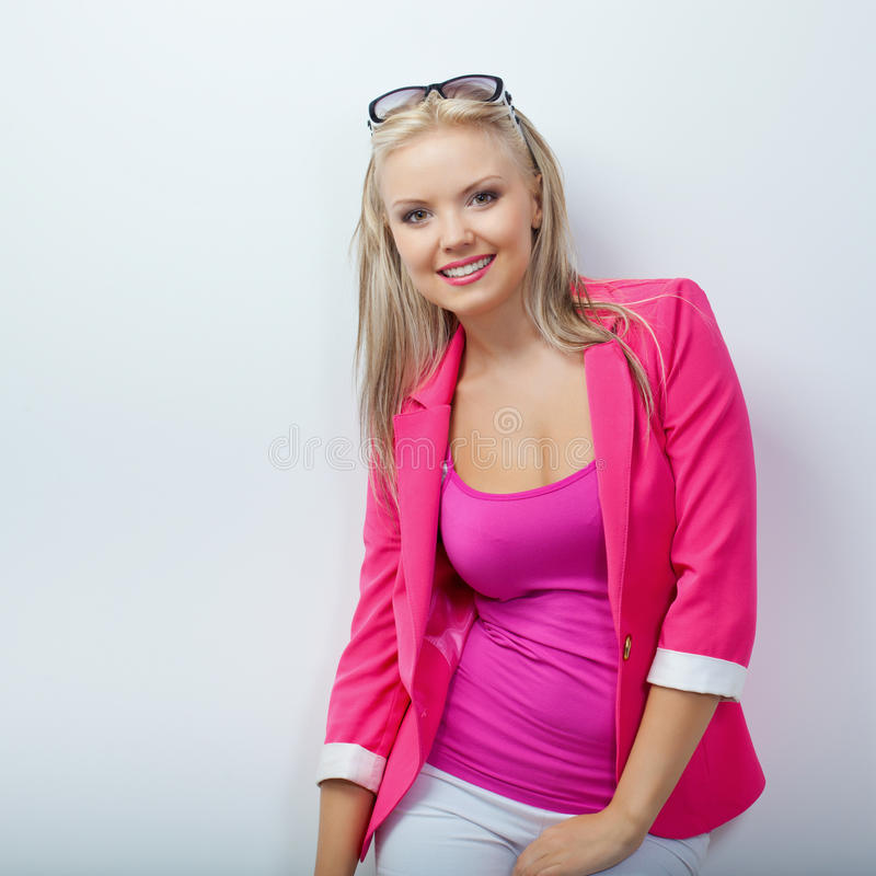 Mulher que desgasta o revestimento cor-de-rosa fotos de stock