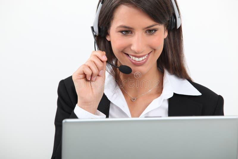 Mulher que desgasta uns auriculares imagem de stock royalty free