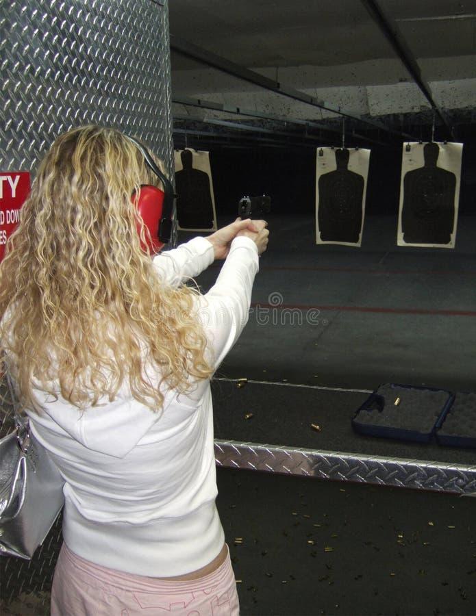 Mulher que dispara em um injetor fotografia de stock royalty free