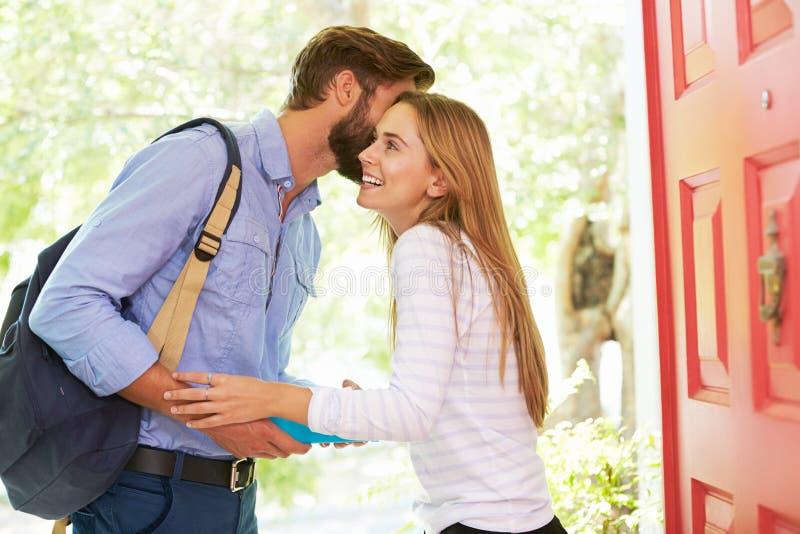 Mulher que diz adeus equipar sair em casa com o almoço embalado imagem de stock royalty free