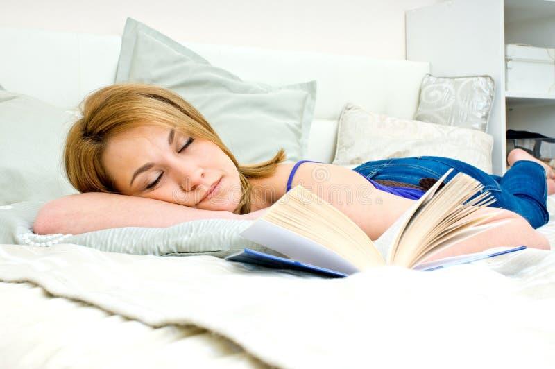 Mulher que dorme com livro fotografia de stock