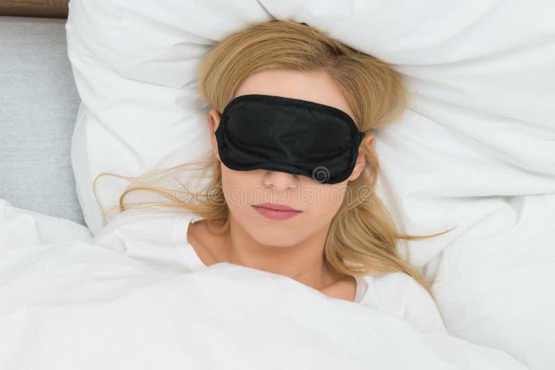 Mulher que dorme com máscara do sono foto de stock royalty free