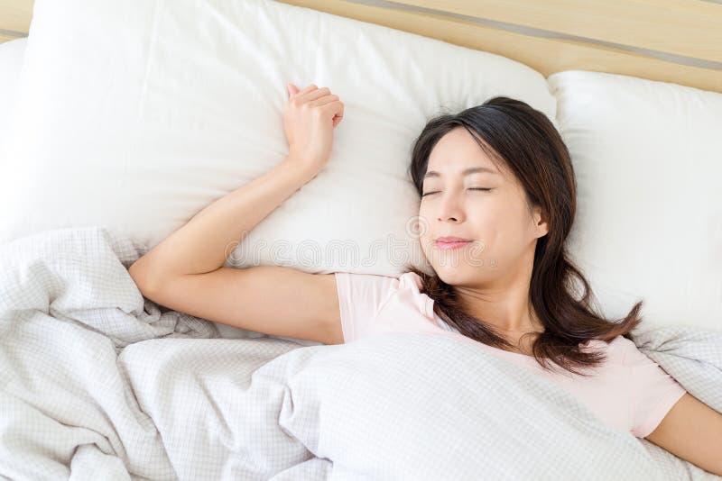 Mulher que dorme na cama imagem de stock royalty free