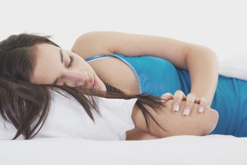 Mulher que dorme na cama branca fotos de stock