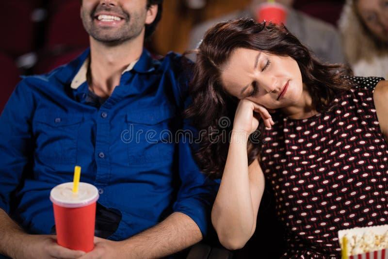 Mulher que dorme no teatro imagem de stock