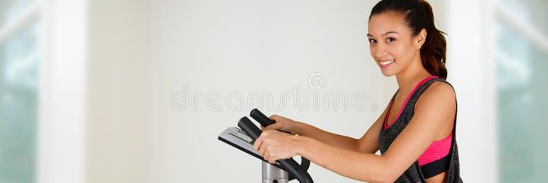 Mulher que elabora na bicicleta imagens de stock
