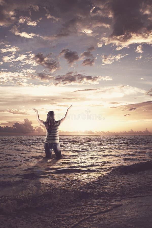 Mulher que elogia no oceano imagens de stock royalty free