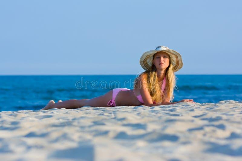 Mulher que encontra-se na praia imagem de stock royalty free