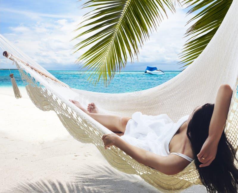 Mulher que encontra-se no hammock imagem de stock