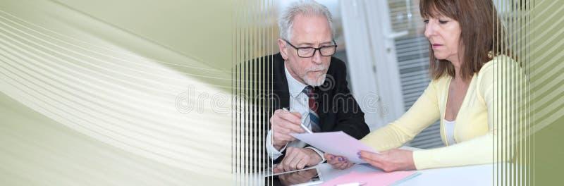 Mulher que encontra um consultante para conselhos Bandeira panorâmico fotografia de stock royalty free