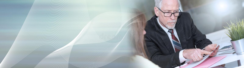 Mulher que encontra um consultante para conselhos, efeito da luz Bandeira panorâmico imagem de stock