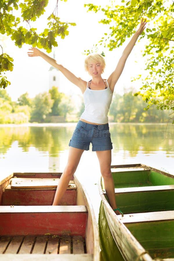 Mulher que enjoing o dia de verão ensolarado. foto de stock