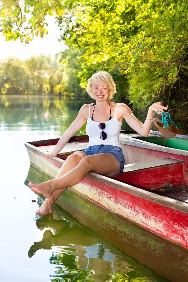 Mulher que enjoing o dia de verão ensolarado, foto de stock royalty free