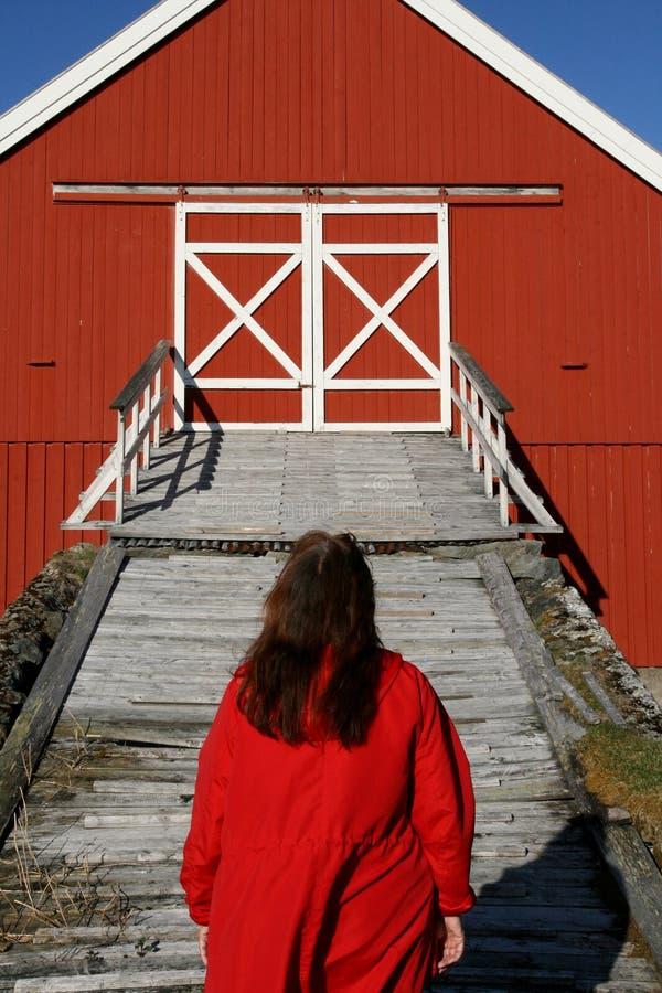 Mulher que entra em uma ponte do celeiro fotografia de stock royalty free