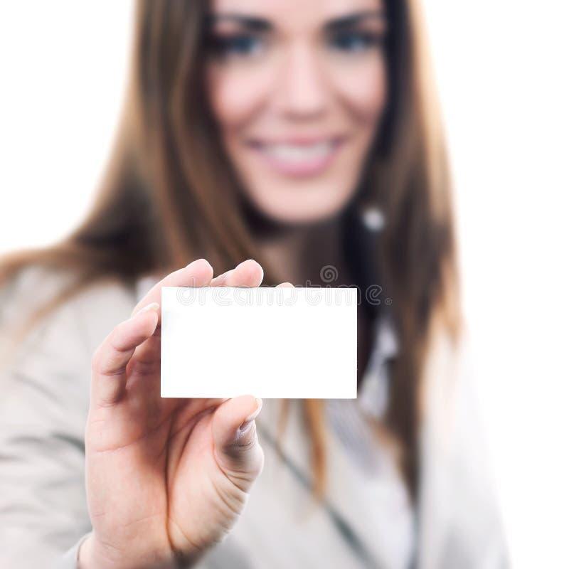 Mulher que entrega um cartão vazio fotos de stock