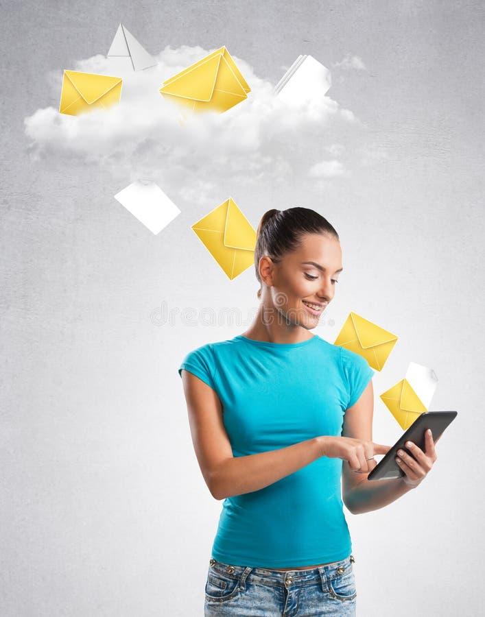 Mulher que envia dados a uma nuvem imagens de stock royalty free
