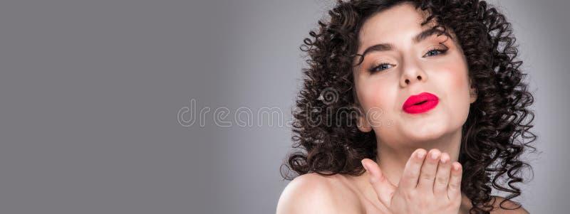 mulher que envia o beijo do ar fotos de stock royalty free