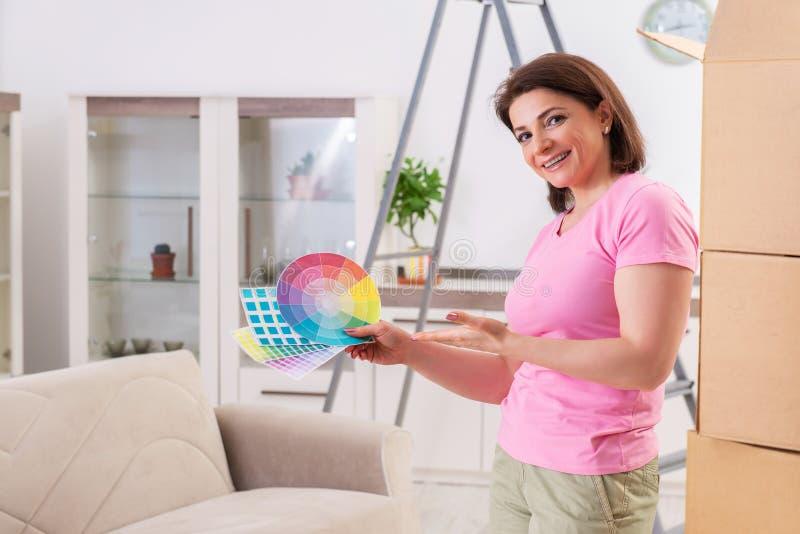 A mulher que escolhe a cor para a renova??o lisa fotos de stock