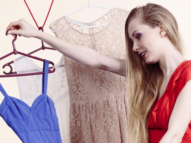 Mulher que escolhe a roupa na loja fotografia de stock royalty free