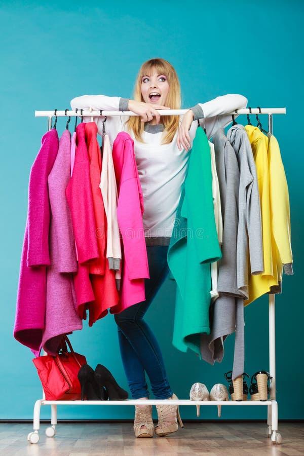 Mulher que escolhe a roupa vestir na alameda ou no vestuário imagem de stock
