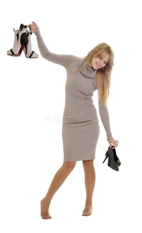Mulher que escolhe sapatas foto de stock royalty free