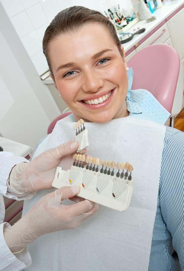 Mulher que escolhe a tampa dental imagem de stock