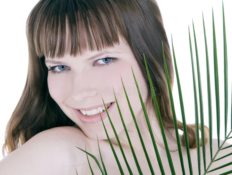Mulher que esconde atrás da folha de palmeira foto de stock royalty free