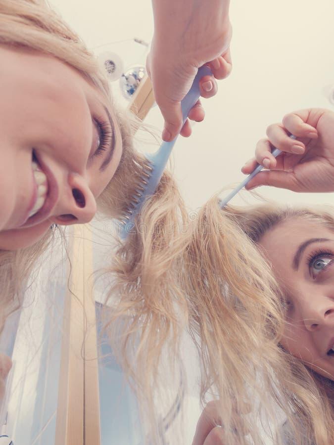 Mulher que escova seu cabelo louro molhado foto de stock royalty free