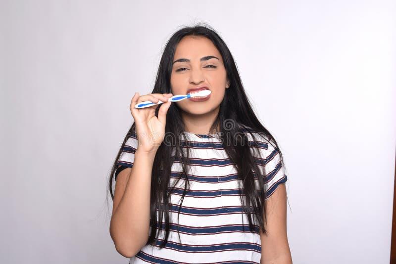 Mulher que escova seus dentes foto de stock royalty free