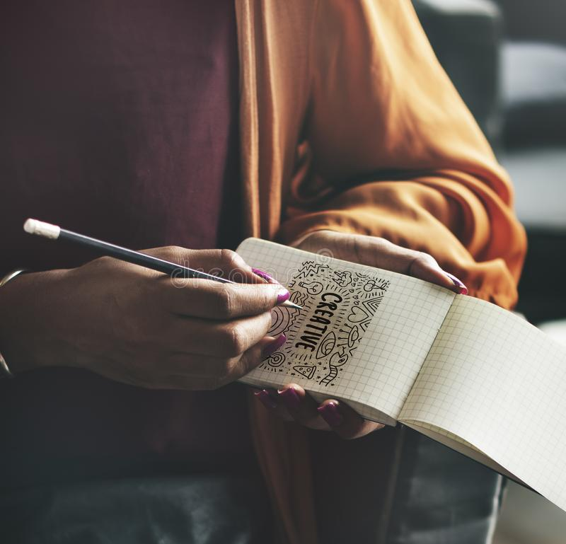 Mulher que escreve para baixo em um bloco de notas vazio imagem de stock royalty free