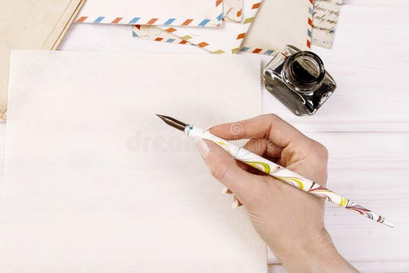 Mulher que escreve uma letra fotografia de stock