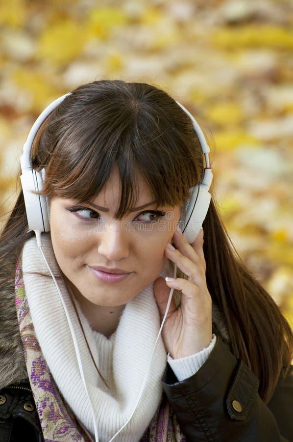 Mulher que escuta a música fotos de stock royalty free