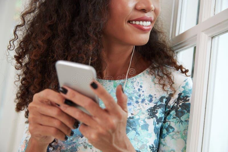 Mulher que escuta a música em auscultadores imagem de stock royalty free