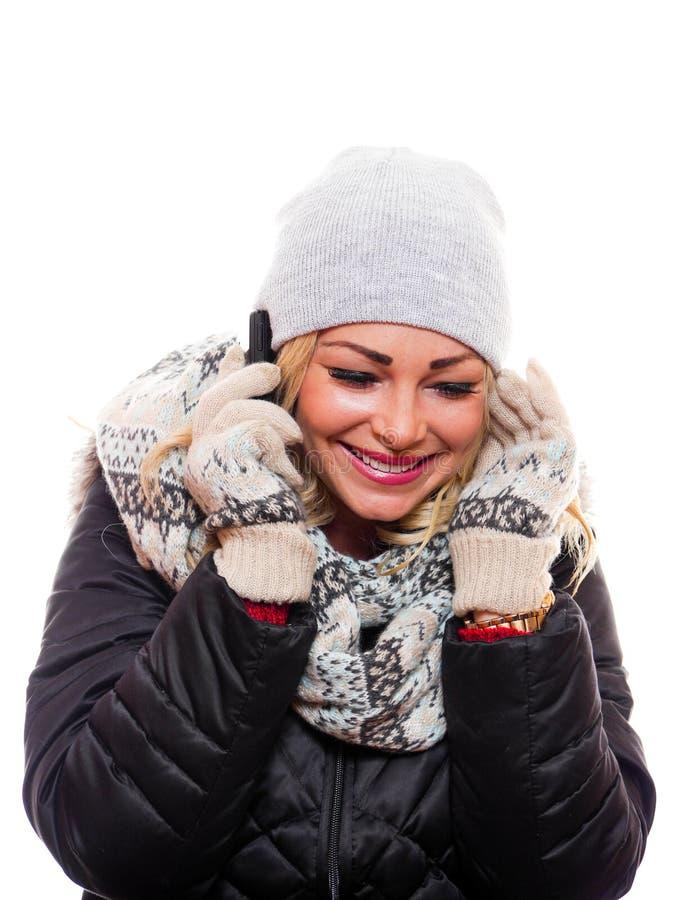 Mulher que escuta no seu sorriso do telefone celular foto de stock