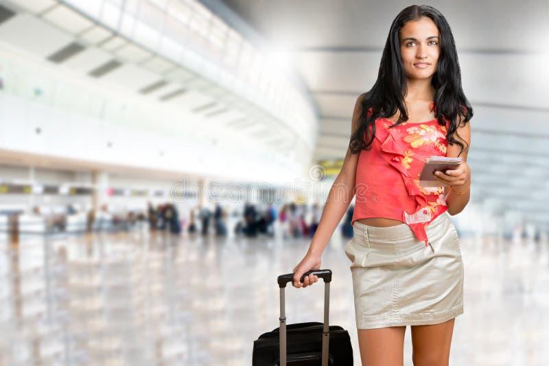 Mulher que espera em um aeroporto fotos de stock