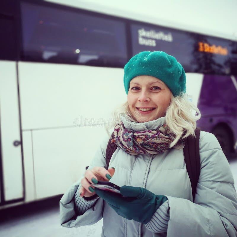 Mulher que espera um ônibus fotos de stock royalty free