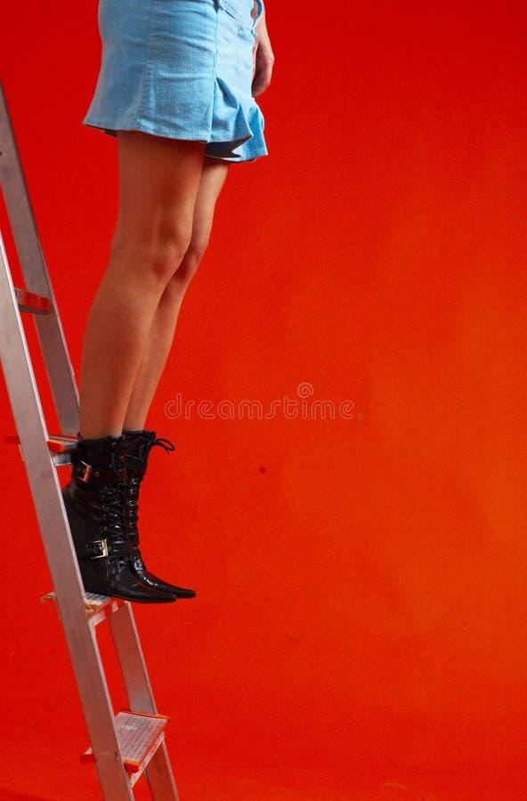 Mulher que está na escada imagem de stock